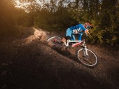 Mountain Bike cyclist riding forest track at sunrise healthy lifestyle active athlete. Downhill biking. — Stock Photo