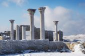 Ancient columns winter — Stock Photo