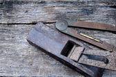 Staré vinobraní ruční nářadí na dřevo pozadí (letadlo a měřidlo) — Stock fotografie