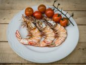 Grilled shrimp and tomato — Stock Photo