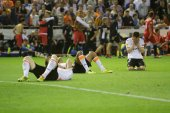 Valencia players on the floor after Sevilla goal — Zdjęcie stockowe