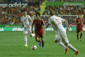 Midfielder David Silva runs with a ball  between two Macedonian players — Stock Photo