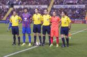Players H. Rodas, A. Iniesta  and referees before the start of the match — Stock Photo