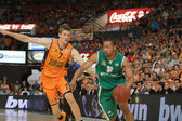 Andrew Goudelock (30) drives the ball — Stock Photo