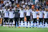 Players saved 1 minute of silence in memory of the father of Valencia goalkeeper Guaita — Photo
