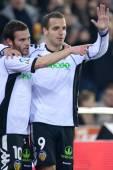 Juan Manuel Mata (L) and Roberto Soldado (R) celebrate scoring a goal — Stock Photo