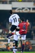 Aritz Aduriz (L) and Miguel Flano (R) fighting for a ball — Stockfoto