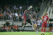 Pierre Webo and goalkeeper Miguel Angel Moya in action during the game — Stock Photo