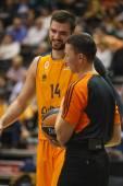 Bojan Dubljevic and referee during the game — Stock Photo
