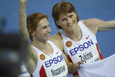 Natalya Nazarova and Olesya Zykina celebrates gold medals in Women's 4 by 400 metres relay — Stock Photo