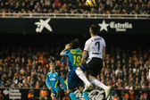 Ever Banega and Negredo jumping for the ball — Stock Photo