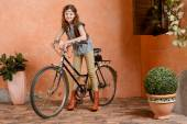 Chica joven con una bicicleta — Foto de Stock