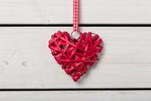 Corazón rojo sobre fondo blanco de madera — Foto de Stock