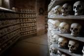 Human skulls inside a catacomb inside a catacomb — Stock Photo