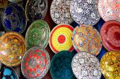 Traditional colorful Moroccan faience pottery dishes in a typical ancient shop in the Medina's souk of Marrakech, Morocco. — Stock Photo