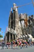 Barcelona, Spain - April, 27, 2014: A pack of athletes pushing hard on their first lap to win the 30th Sagrada Familia's mile, a race organized during the last 30 years by the Claror Foundation — Foto de Stock