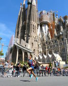 Barcelona, Spain - April, 27, 2014: Abdelaziz Merzougui pushes hard on his second lap to win the 30th Sagrada Familia's mile, a race organized during the last 30 years by the Claror Foundation. — Foto de Stock