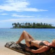 "Young beautiful woman enjoying her time and resting close to the sea in the southern beach of ""Pelicano"" Island, close to Yandup Island lodge, San Blas, Panama — Stock Photo"