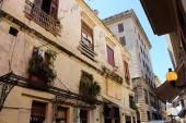 Crumbling streets and buildings in Habana Vieja neighborhood, La Havana, Cuba — Foto de Stock