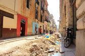 Crumbling streets and buildings in Habana Vieja neighborhood, La Havana, Cuba — Stock Photo