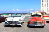 La Habana, Cuba - November 14th of 2014: Old american cars provide taxi service to tourist all along the city — Stock Photo