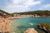 Tamariu, Girona, Spain - July 4th of 2015: Lots of tourists spend their summer holidays in Costa Brava's wonderful beaches and villages. The eastern mediterranean seaside of Spain is one of the most beautiful regions of this country — Stock Photo