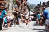 Benasque, Spanien - 26. Juli 2015: Trail-Läufer Druck hart auf ihre letzten Ansturm auf die Ziellinie zu erreichen, während eines der fünf Rennen Gran Trail Aneto Posets (Gtap) 2015. — Stockfoto