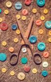 Babička je nastaven. Staré nůžky a rozptyl multi-barevných tlačítek — Stock fotografie