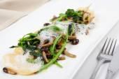 Vejetaryen mantı meze parmesan, mantar, brokoli ile — Stok fotoğraf