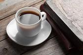 Kubek gorącej kawy na stole — Zdjęcie stockowe