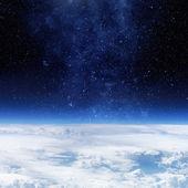 Nubi di cielo terra pianeta e stella sullo sfondo — Foto Stock