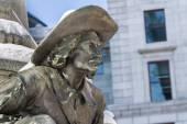 Bronze statue of men with squash hat — Stock Photo
