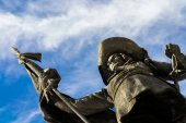 Bronze monument of men with lance and sword — Stock Photo
