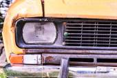 Front headlight and grille of old rusted car — Stockfoto