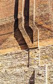 Komin na starych murów — Zdjęcie stockowe
