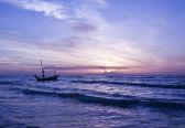 Navio e nascer do sol lindo mar. — Fotografia Stock