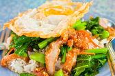 タイ料理、仮名武 krob。(揚げケール カリカリ豚肉と卵を混合) — ストック写真