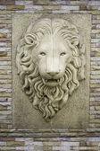 A head of a lion on a wall. — Zdjęcie stockowe