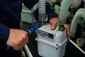 Locksmith tighten the screws on the gas meter — Stock Photo