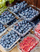 Blueberry  on boxes at market — Стоковое фото