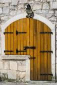 Houten deur in het oude huis — Stockfoto