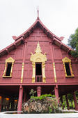 Casa de arquitectura tradicional tailandesa com fonte — Fotografia Stock