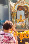 Turismo mujer orando en el Santuario de Erawan — Foto de Stock