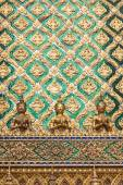 Golden angel statue and decorated wall with thai art — Stock Photo