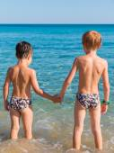 6-7 years boys in front of sea hand in hand — Stock Photo