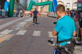 Man with video camcorder and bike before city marathon — Stock Photo