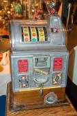 Vintage Nickel Slot Machine in excellent condition — Stock Photo