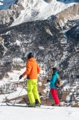 Skiers with colorful clothes and helmet waiting for skiing — Stockfoto