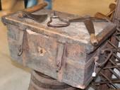 Vieux outils rouillés rurales ci-dessus antique boîte en bois — Photo