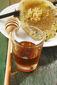 Miel frais avec nid d'abeille — Photo